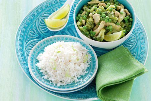 Probeer eens rijst met kip in groene curry in plaats van rode curry. Minder pittig en net zo lekker!  http://www.vriendin.nl/koken/recepten/7258/recept-voor-thaise-groene-kipcurry-met-doperwten-en-broccoli