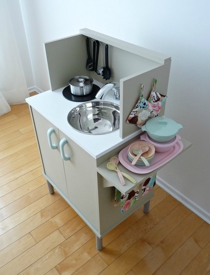For less than $35, Tanya from Dans le Townhouse created this compact play kitchen using an old microwave stand.