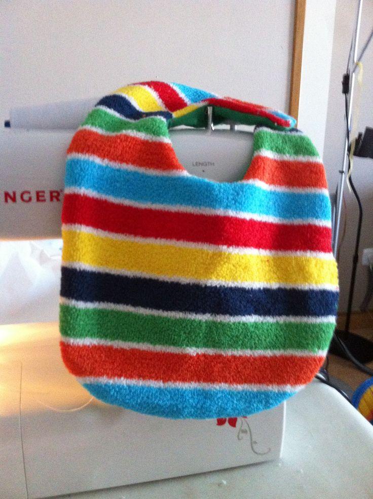 Babero de toalla de rajas multicolor