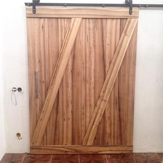 Снова пятница и снова ставили #ворота💪🏻🛠 Достойная #дверка получилась, килограмм на 80!!)) #barndoor #elm #woodwork #woodworking #barndoorhardware #hardware #gate #амбарнаядверь #амбарныймеханизм