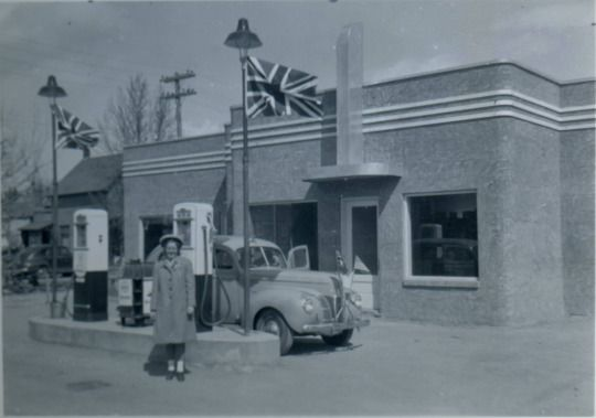 Gray's Service station on the corner of 53 Street and Gaetz Avenue, 1945.