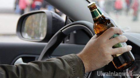 Какие штрафы ожидают украинцев за вождение в нетрезвом состоянии http://ukrainianwall.com/ukraine/kakie-shtrafy-ozhidayut-ukraincev-za-vozhdenie-v-netrezvom-sostoyanii/  Теперь за нетрезвое вождение придется платить много. Штрафы будут достигать 40 тысяч гривен. На украинских дорогах каждые два часа в страшных ДТП погибает один человек. Большинство аварий происходят из-за сна
