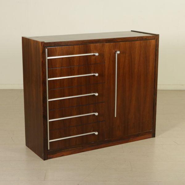 Mobile anni 60-70; legno impiallacciato palissandro, maniglie in alluminio. Buone condizioni; presenta piccoli segni di usura.