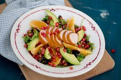 Salade met gerookte kipfilet en granaatappel (een flinke hand gemengde sla - 80 g gerookte kipfilet - halve granaatappel - 1 sinaasappel - halve avocado - 1/4 citroen - Olijfolie naar smaak)