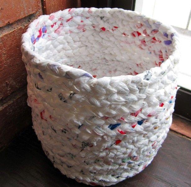 Een prullenmand gemaakt van plastic tassen. Je hoeft alleen te kunnen vlechten. Voor de rest heb je alleen naald en draad nodig. En heel veel plastic tasjes. Hergebruik ten top.
