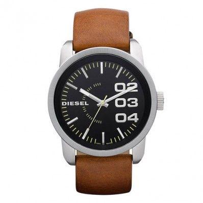Diesel DZ1513 Dit Diesel heren horloge is een robuust lederen band horloge. Deze DZ1513 heeft een lichtbruine lerenband en een roestvrijstalen kast. Het glas is gemaakt van mineraal. De diameter van de kast is 45mm en de breedte van de band. bedraagt 24 mm.