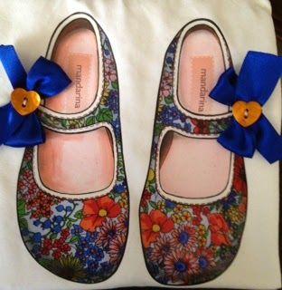 Mandarina Camisetas: Zapatitos Victoria con estampado de flores