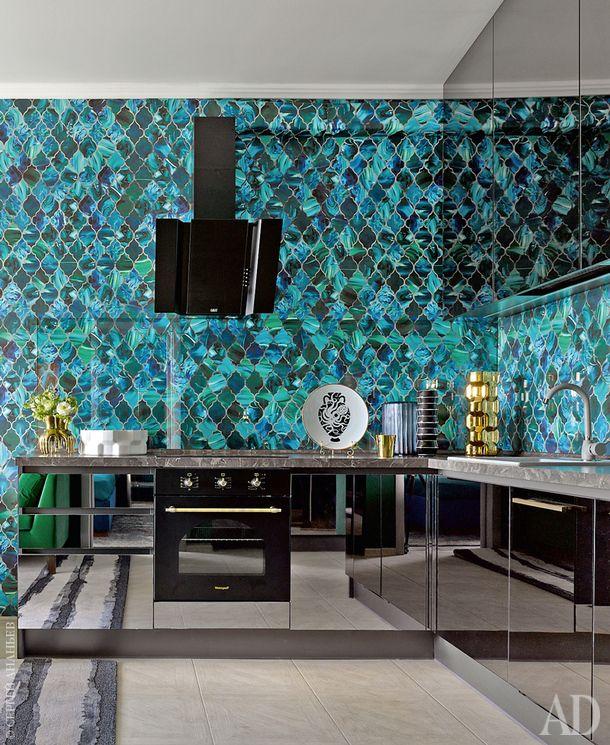 Кухня сделана на заказ из темного зеркала. Обои в зоне фартука прикрыты стеклом. На полу лежит плитка.