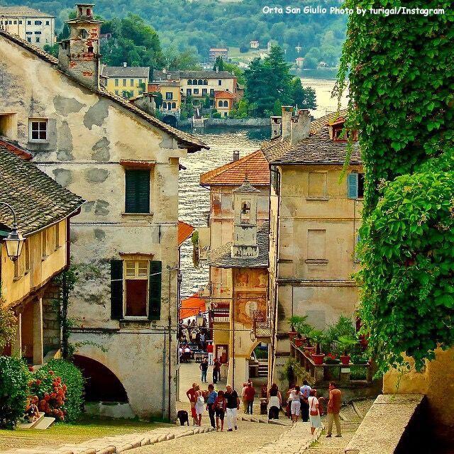 Orta San Giulio liegt malerisch am Ortasee. Der Ort bezaubert mit seinem mittelalterlichen Dorfkern, den schönen Bürgerhäusern und Arkaden. #Italianvillages #ILikeItaly
