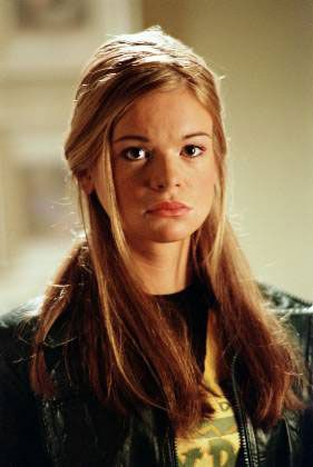 Dead Like Me / Ellen Muth  tumblr_1_400.jpg (281×420) . . . . . . . . . . . . . . .   More Ellen Muth: https://www.pinterest.com/pin/226798531208405703/