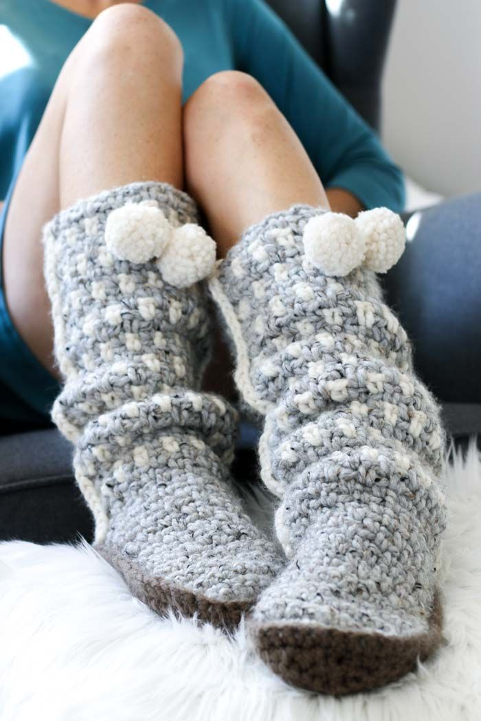 Looove! These modern crochet slippers make the perfect crochet gift idea! Love the pom pom tassels! Free pattern too!