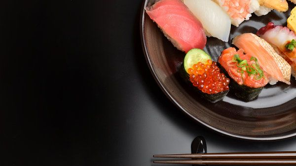 SUSHI - na IHNED.cz startuje seriál o této tradiční japonské specialitě. Víte, co znamená v překladu slovo sushi? A proč i několik gramů rýže navíc mění jeho chuť? http://life.ihned.cz/c1-59922970
