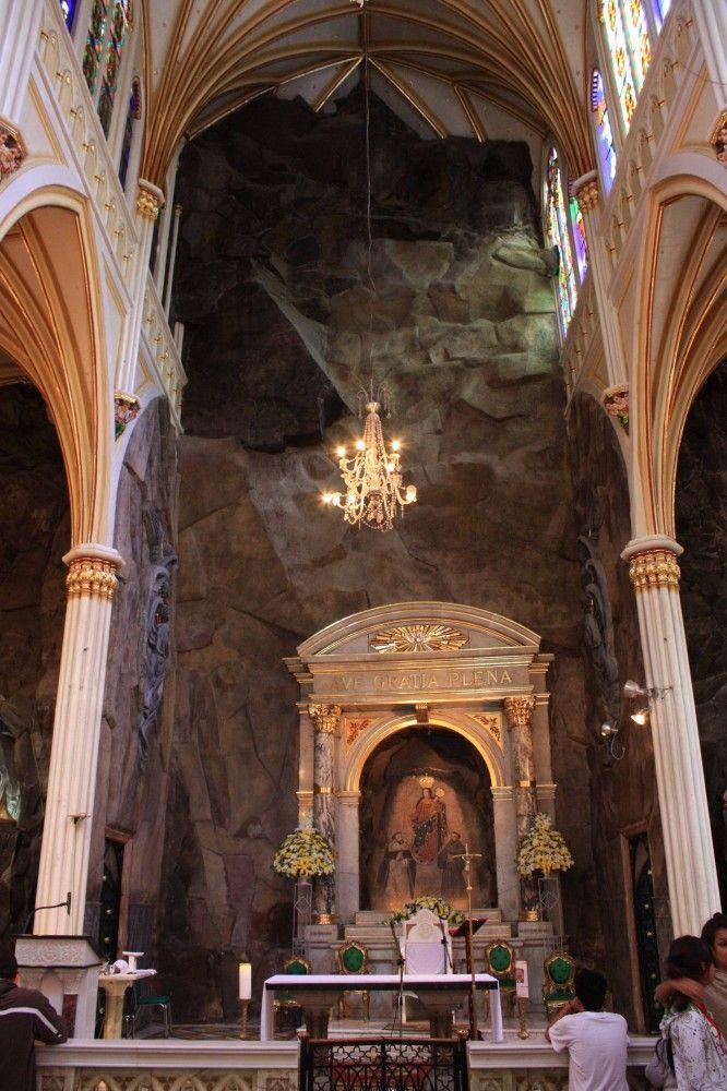コロンビア ラスラハス教会の聖母マリアが現れた岩