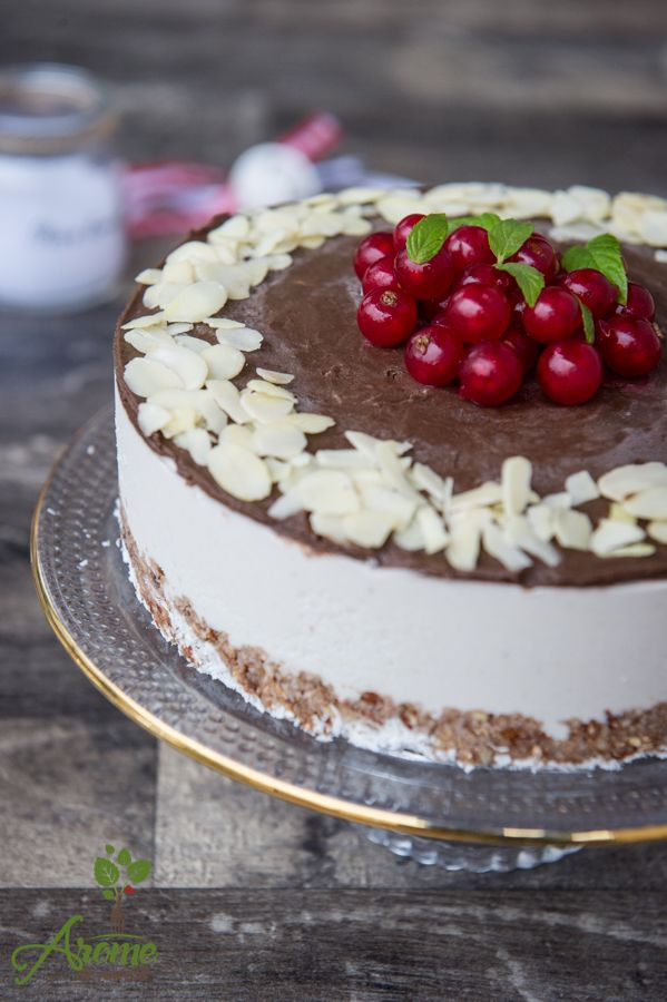 Tort raw de cocos si ciocolata este un tort cremos, delicios, fara foc si fara zahar.