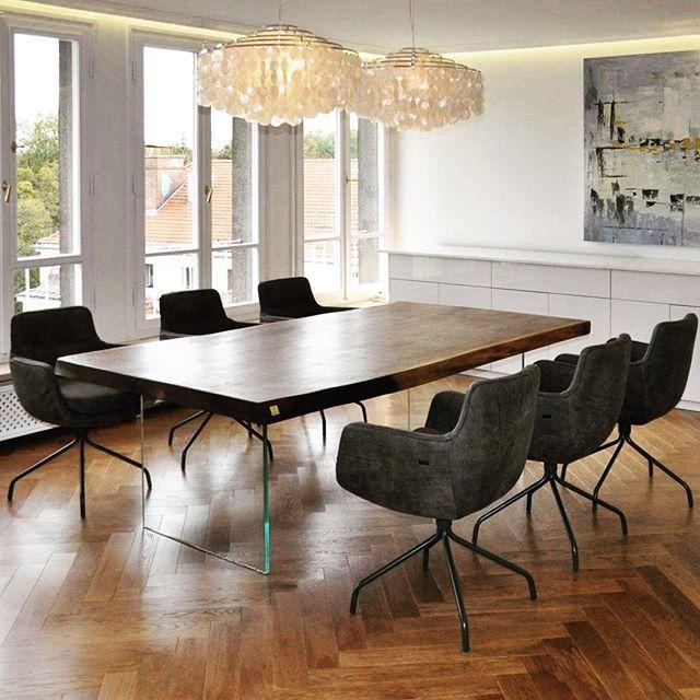 Massive Live Edge Oak Table In A Classic Modern Surrounding Eiche Holztisch Tisch Mobel Inneneinrichtung Tischler Manufaktur Table Dining Table Dining