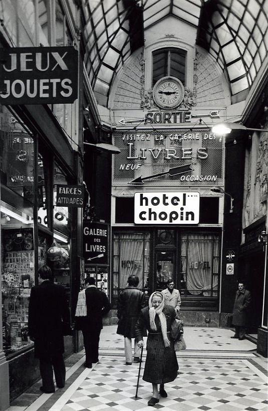 Robert Doisneau // Paris : pathways & galleries - Passage Jouffroy 1976