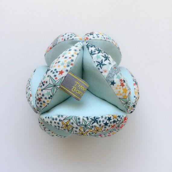 Montesdori ball mint, cadeau de naissance en coton bio et liberty, montessori puzzle ball, mintessori ball, balle sensorielle