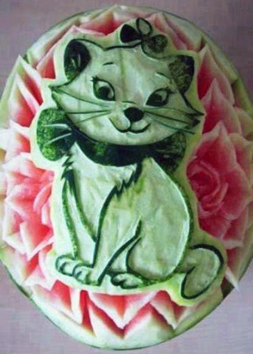 Резьба по арбузу. Белая кошка на арбузе.