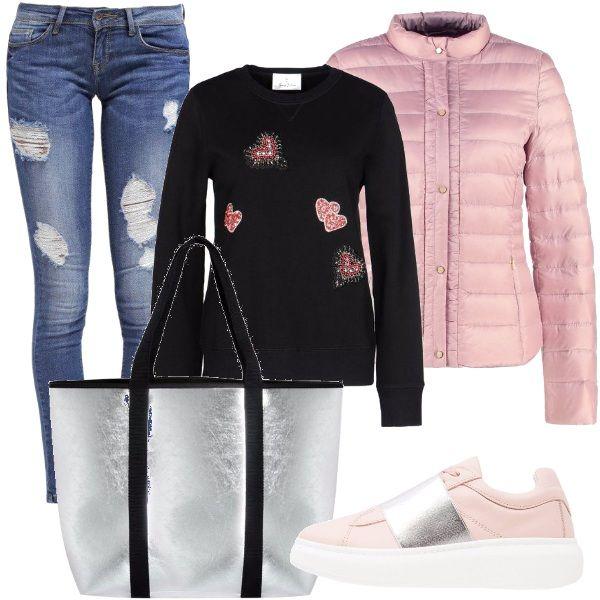 Jeans strappati, maglioncino nero con cuoricini, piumino rosa, sneakers rosa con banda argentata, maxibag argento con bande nere. Pronta in un attimo.
