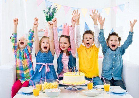 Новая подборка конкурсов и развлечений для детского праздника   ❓Что ты там делал?   Игра одинаково весело проходит и среди детей, и среди взрослых, так как веселее случайных совпадений вопросов-ответов трудно что-то придумать.   Пишем на табличках: «Кабинет зубного врача», «Кабинет директора», «Туалет», «Баня», «Булочная», «Кинотеатр», «Почта», «Парк», «Зоопарк», «Театр», «Парикмахерская», «Подвал», «Стройка», «Детский сад», «Пенсионный фонд», «Необитаемый остров», «Фитнес клуб».   Игрок…