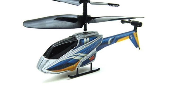 Cómo volar un helicóptero Air Hog. Los helicópteros a control remoto Spin Master de Air Hog son aviones ligeros alimentados por una pila para aviones juguete. Los Air Hogs utilizan una batería recargable para alimentar dos o más rotores de cinco a diez minutos de tiempo de vuelo. Estos mantienen la estabilidad durante el vuelo, equilibrando el empuje entre los rotores delanteros y ...