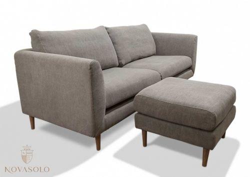 """Tøff og stilig New Amsterdam sofa med puff! Puffen kan benyttes separat eller som en forlengelse av sofaen - nesten som en flyttbar sjeselongdel! Sofaen og puffen er produsert i et """"stonewashed"""" stoff som vil si at det er litt struktur og """"liv"""" i stoffet!"""