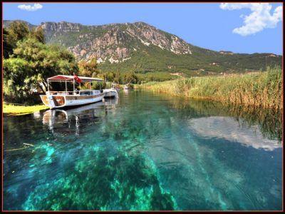 Azmak Çayı İzmir'den bir hayli uzak fakat mutlaka görülmesi gereken bir doğa harikası. Haftasonu bir gece kalmalı gidilebilir. Çay üzerinde tekne gezisi mutlaka yapılması gereken bir aktivite.