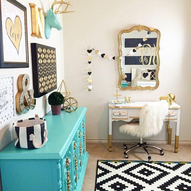 Inspiração do dia ✨   #NahReforma continua em ação! Todo dia me pego buscando inspirações de decoração pro meu novo quarto e closet!  Sobre cor, tô pensando em uma mistura de Preto e branco + Azul turquesa (blue tiffany, sabe?) • O que acham?