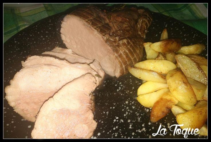 Ingredienti per 4 persone: 1 kg di lonza di maiale un cucchiaio di olio di oliva 30 gr di burro 1 spicchio di aglio brodo vegetale (2 mestoli) 1 bicchiere