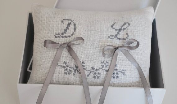 Cuscino portafedi con iniziali