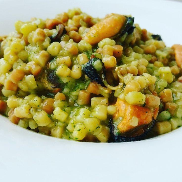 la fregola e' un tipo di pasta di semola che producono in Sardegna e che si sposa benissimo con il pesce,provatelo