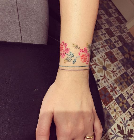 Hermosos tatuajes inspirados en bordados de punto de cruz o cross stitch