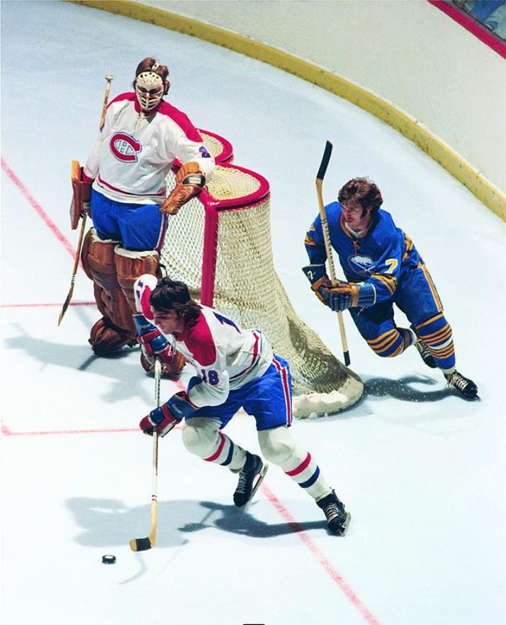 Serge Savard : Membre du fameux «Big Three» à la ligne bleue montréalaise avec Larry Robinson et Guy Lapointe, Serge Savard est célèbre pour avoir popularisé le « spinorama ».