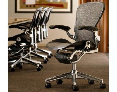 Med kromade detaljer blir världens snyggaste kontorsstol ännu snyggare. Herman Miller Aeron Office Chair