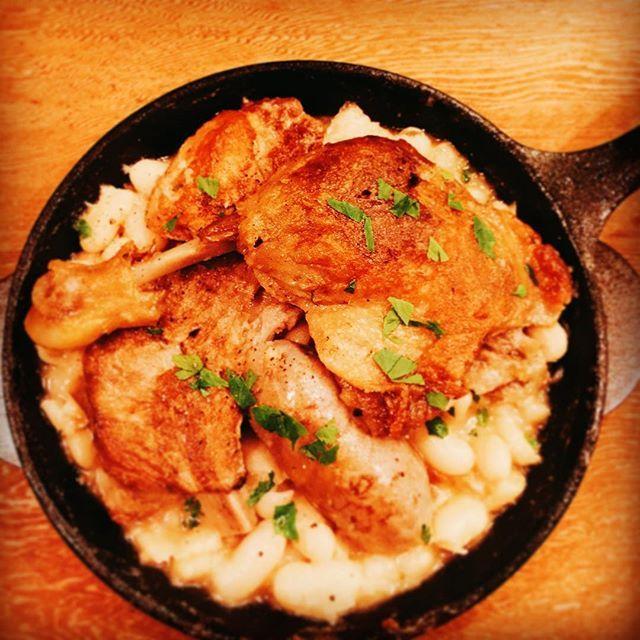 今日は七夕ですね!  織姫と彦星は無事に出会えていると良いですね。  パルタジェではお肉と白インゲン豆が最高の出会い方をしております笑  当店のカスレは、じっくりと炊いた白インゲン豆に、「鴨モモ肉のコンフィ」「豚スペアリブ」「羊のソーセージ」が乗っております。  説明不要の美味しさですね!  是非赤ワインとお召し上がりください! #bistro #partager #ビストロ #パルタジェ #カスレ #鴨モモ肉 #コンフィ #スペアリブ #羊のソーセージ #七夕 #シャルキュトリー  #肉 #肉料理 #神泉 #裏渋谷 #おいしい #フレンチ #ワイン #wine  #yum #yummy #foodstagram #instafoods