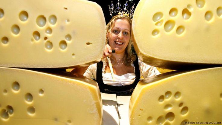 Die Schweiz ist berühmt für ihre vielen Käsesorten. Eine davon ist der Emmentaler. Im Emmental in der West-Schweiz können Besucher erfahren, wie er hergestellt wird – und wie die vielen Löcher im Käse entstehen.