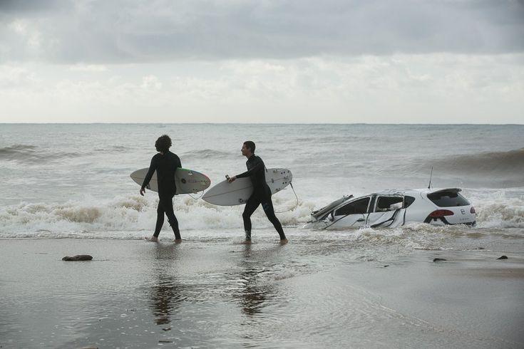Tras un fuerte temporal de lluvia en el que cayeron 205 litros por metro cuadrado en tan solo cuatro horas, la fuerza del agua llegó a arrastrar un vehículo hasta la playa de Vilassar de Mar (Barcelona) donde los surfistas aprovecharon las olas del temporal, el 13 de octubre de 2016.