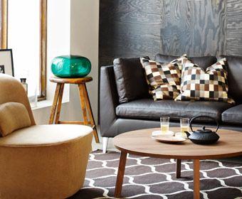 Divano a tre posti STOCKHOLM in tessuto Seglora marrone scuro e sedia girevole STOCKHOLM in tessuto Sandbacka beige scuro, di IKEA.