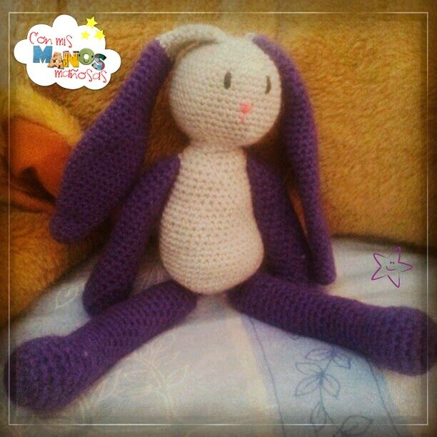 Conejito Orejas Largas. Patrón del amigurumi en conmismanosmaniosas.blogspot.com