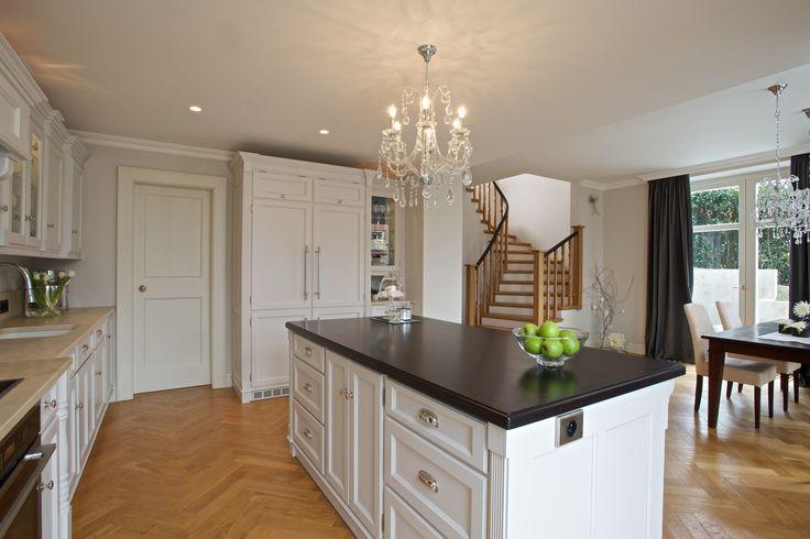 Realizace kuchyně Hš Rustikal. Jednoduchá a výmluvná kombinace přírodní dubové podlahy, bílé barvy kuchyně a antracitové granitové desky.