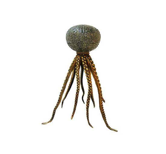 Vackert arbetad ljusstake, där inspirationen till dess utseende hämtats ur havet. Med porslinsdel och ljushållare formgiven efter en sjöborre och ben i metall formade som bläckfiskarmar, blir detta en unik detalj som sätter personlig prägel på hemmet. Ljusstaken som också går under namnet Octopus Candleholder finns i fyra olika utföranden, både för kronljus eller blockljus/värmeljus.