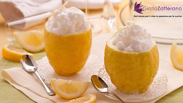 le SORPRESA DI SORBETTO AL LIMONE E VODKA sono dei freschi ed eleganti dessert estivi dal profumo agrumato, arricchiti dal gusto di un bicchierino di liquore. Qui la #ricetta: http://ricette.giallozafferano.it/Sorpresa-di-sorbetto-al-limone-e-vodka.html #GialloZafferano #sorbetto #limone #vodka