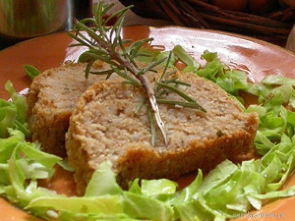 Passate al mixer gli anacardi fino ad ottenere un trito molto fine, mettere da parte. Frullate i fagioli (borlottilessati e scolati) insieme al riso se preferite in alternativa utilizzate una patata media lessata fino ad ottenere una crema densa e ferma. Versate in una terrina e aggiungete la polvere di anacardi, le foglie del rosmarino tritate con la mezzaluna, l'aglio schiacciato, due cucchiai di olio, due o tre cucchiai di salsa di soia e mescolate. Versate il composto su un pi...