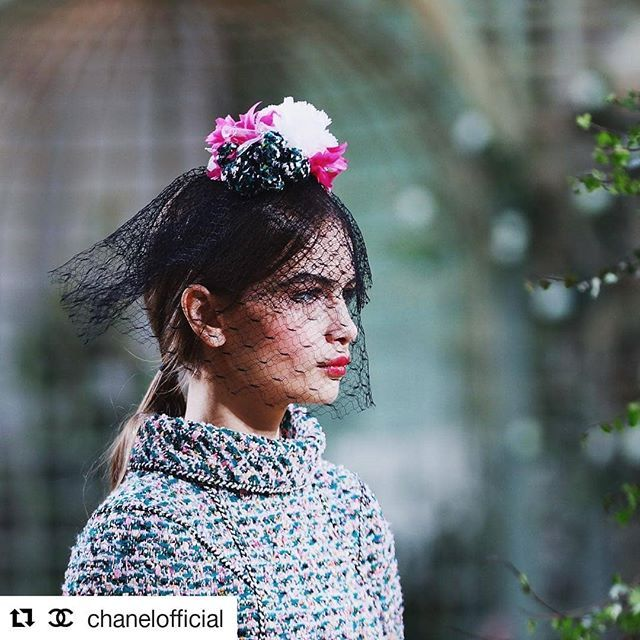 #Repost @chanelofficial (@get_repost)  Tweed woven in shades of pastel and floral hat-veil from the Spring-Summer 2018 #CHANELHauteCouture collection @ninamarker