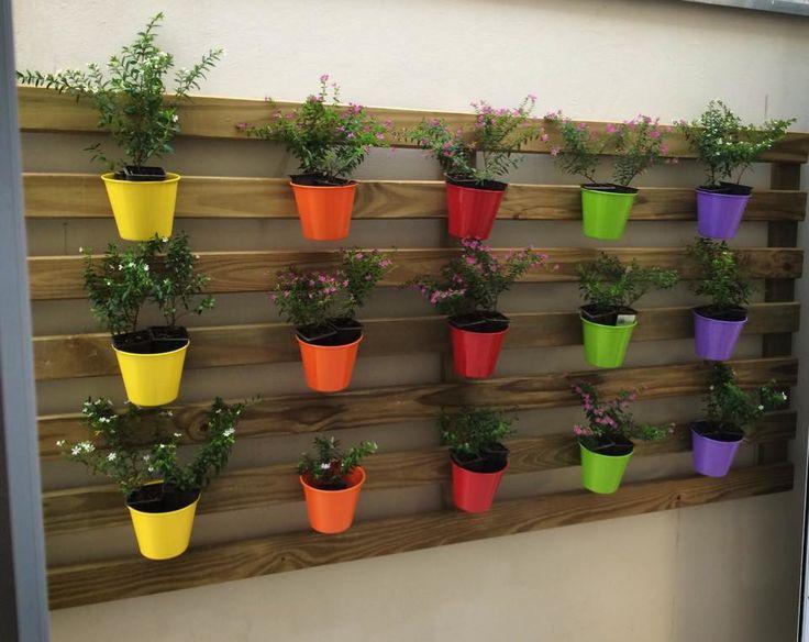 Jardim vertical com vasos em metal. Preço para este tamanho e quantidade de vasos vistos na foto. Aceitamos fazer em outros tamanhos e formatos.