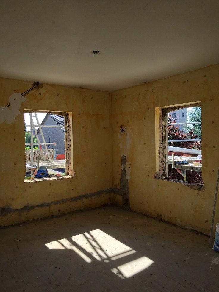 Uitvoering,   De oude kozijnen zijn verwijderd, in de aankomende week zullen de nieuwe eiken kozijnen geplaatst worden.  meer projecten: http://www.denieuwecontext.nl/ #mergel #huis #renovatie #verbouwing #bergenterblijt #bouwen #limburg #monument #schuur #aanbouw #hout #gevel #interieur #vide #exterieur #modern #eiken #kozijnen #lariks