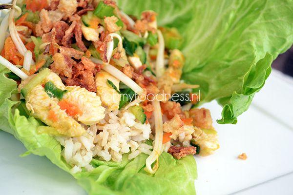 Als je gezond wil eten is het wel zo fijn om flink te variëren. Deze Thaise kipsalade is een echte aanrader als je op de gezonde tour bent.