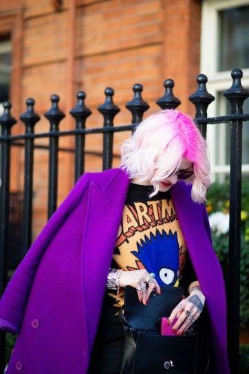 Caschetto biondo platino con attaccatura capelli fucsia - Short bob mosso biondo platino con radici fucsia come arcobaleno sui capelli per l'inverno 2016.