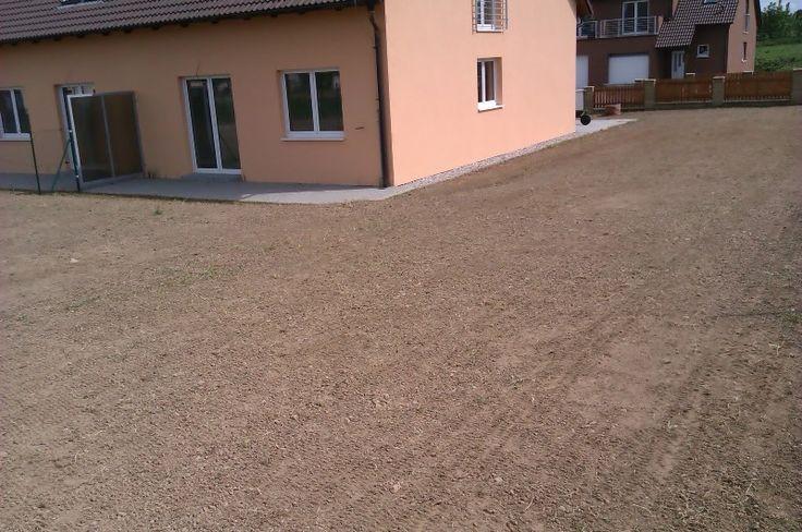 úprava terénu u rodinného domu před ručním setím trávníku