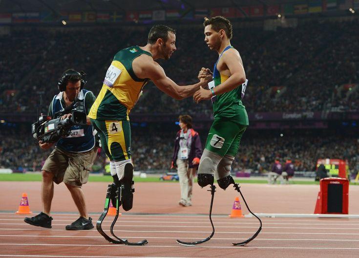 Оскар Писториус из Южной Африки (слева) завоевал золотую медаль в беге на 200 метров